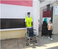 رجال الأمن ينتظرون كبار السن أمام اللجان بالكراسي المتحركة ببنها