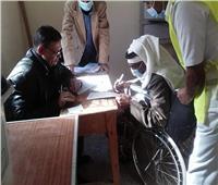 بالصور| كراسي متحركة من رجال الشرطة للناخبين بشمال سيناء