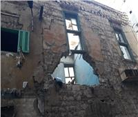 صور | إنهيار سقف عقار قديم في الإسكندرية بسبب الأمطار