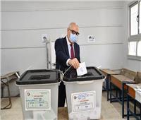 انتخابات النواب 2020  وزير الإسكان يُدلي بصوته بمدرسة المقطم الرسمية لغات