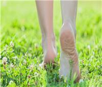 «السير حافي القدمين».. نصيحة الخبراء لتخفيض ضغط الدم