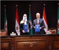 الخشت يهدي وزيرة التضامن الاجتماعي درع تكريم جامعة القاهرة