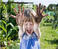 «اللعب في الطين والتراب» يُعزز مناعة الأطفال