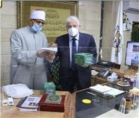 وزير الأوقاف يهدي محافظ جنوب سيناء سلسلة «رؤية» الثقافية