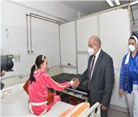رئيس جامعة أسيوط يزور طالبة بعد خضوعها لعملية جراحية دقيقة