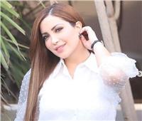 نسرين طافش تطل بـ«الأبيض» والجمهور يغازلها على طريقة عمرو دياب