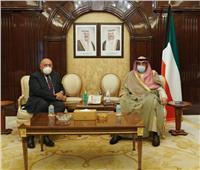 وزير الخارجية يبحث مع رئيس وزراء الكويت سبل دفع مجالات التعاون الثنائي