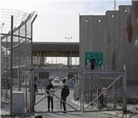 قوات الاحتلال تغلق حاجز قلنديا شمال القدس.. وتعتقل فتاة