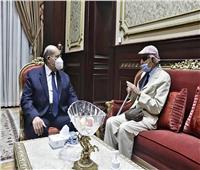 رئيس مجلس الشيوخ يتسلم درع اللجنة المصرية للتضامن