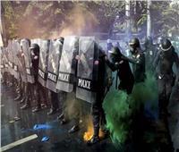 فيديو| تايلاند.. اشتباكات عنيفة بين المتظاهرين المؤيدين للديمقراطية والملكيين