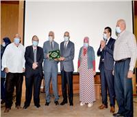 عبد الباسط يكرم العاملين بالمستشفى الجامعى بالمنصورة