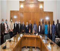 وزير الري يهدي درع لوزير البيئة الكونغولي في ختام زيارته لمصر