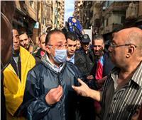 بالفيديو| محافظ الإسكندرية يتابع جهود إنقاذ 4 محتجزين بعقار الجمرك