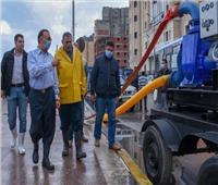 محافظ الإسكندرية يتابع رفع تراكمات مياه الأمطار بعزبة الشامي بالمنتزة