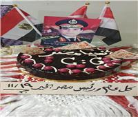 مواطن يحتفل بعيد ميلاد الرئيس السيسي بـ«تورتة عليها علم مصر»| صور