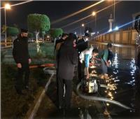 رجال الشرطة يجسدون معنى التفاني في الواجب خلال سقوط الأمطار.. صور