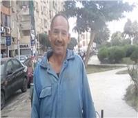 محافظ المنيا يكرم عامل نظافة لأمانته