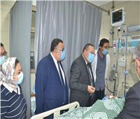 رئيس جامعة الإسكندرية يطمئن على موظفة سقطت عليها «سقالة» بكلية الطب