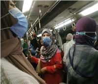 «المترو» تحذر الركاب من نزع «الكمامة» داخل القطارات