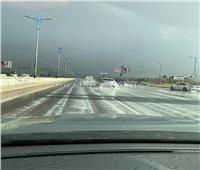 صور| «بتمطر ثلج».. الطريق الصحراوي يتحول لقطعة من أوروبا
