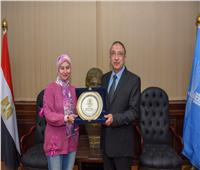 محافظ الإسكندرية يكرم الفائزة بجائزة التميز الحكومي العربي