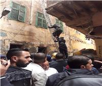 صور| إنقاذ أب وطفل في انهيار سلم عقار بالإسكندرية بسبب الأمطار