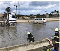 رجال الشرطة يواصلون جهودهم لمساعدة المواطنين على مواجهة الأمطار   شاهد