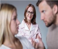 «فتاوى القوارير»| هل من حق الزوج إجبار الزوجة على خدمة أهله؟