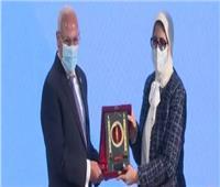 فيديو| محافظ بورسعيد يهدي وزيرة الصحة درع المحافظة