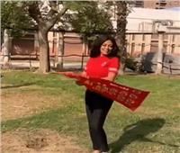 رانيا يوسف ترقص بعلم الأهلي دعمًا للنادي قبل مباراة القمة