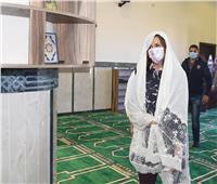 بالحجاب الأبيض.. بماذا تدعو الوزيرة القبطية تحت سقف المسجد؟