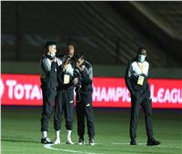 لاعبو الزمالك يلتقطون الصور التذكارية قبل بداية النهائي الإفريقي.. صور