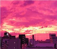 السماء البنفسجية تغطي سماء بلدة بالسويد.. والسبب!