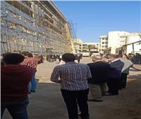 محبو جمال حجاج يتجمعون أمام مستشفى التأمين الصحي ببنها لتشييع جنازته