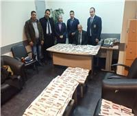 ضبط 242 دبوساً طبياً لتكميم المعدة حول جسم راكب مصري بمطار القاهرة