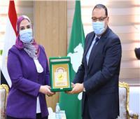 محافظ الشرقية يمنح وزيرة التضامن درع المحافظة