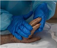 لمحة إنسانية| ممرضة تدلك يد مصابة بالكورونا في العناية المركزة