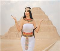عن «فتاة الزى الفرعونى».. مدير آثار سقارة: دخلت بـ«عباية سوداء وقلعتها»