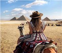 على غرار فتاة سقارة.. سياح يتصورون أمام المزارات الأثرية المصرية