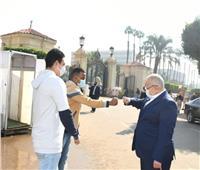رئيس جامعة القاهرة يتابع إلتزام الطلاب بالإجراءات الوقائية