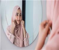 «فتاوى القوارير»| «زي أخويا».. هل يجوز خلع الحجاب أمام زوج أختي؟