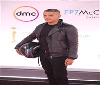 «خوذة وشعر أبيض».. ظهور غريب لآسر ياسين بافتتاح «القاهرة السينمائي»