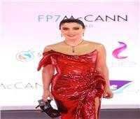 جومانا مراد تخطف الأنظار بالأحمر في افتتاح «القاهرة السينمائي»