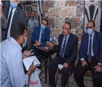 استجابة لمطالب الأهالي.. محافظ الإسكندرية يتابع تركيب إشارة مرور بالمكس