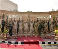 وزير الدفاع يلتقي عدداً من مقاتلي قوات الصاعقة والمظلات