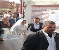 عروسان يدليان بصوتهما بملابس الزفاف فى انتخابات الإعادة بالشرقية
