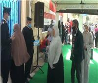 تزاحم المواطنين أمام اللجان الانتخابية بمدرسة رشيد القومية بمصر الجديدة.. صور