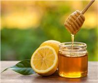 «العسل والليمون» لشد البشرة والتخلص من الحبوب