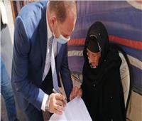 خرج لمسنة للإدلاء بصوتها.. لفتة إنسانية من رئيس لجنة بالإسماعيلية