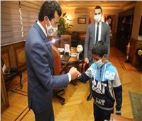 وزير الشباب والرياضة يُكرم «يوسف» طفل ملعب الشروق